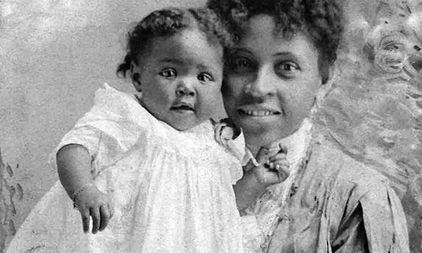Jones and her mother, Carolyn Jones, 1906